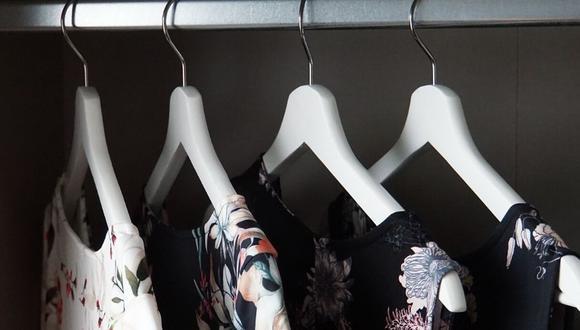 Las prendas que colocarás en ganchos que sean de plástico o de madera. (Foto: Pixabay)