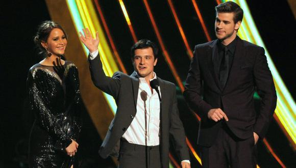 Jennifer Lawrence, Josh Hutcherson y Liam Hemsworth  aceptan el premio por \'Juegos de hambre\' (AP).