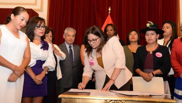 El compromiso fue firmado por la ministra del sector, Ana María Mendieta, y la presidenta de la Comisión de la Mujer y Familia, Tania Pariona, además de representantes de entidades públicas. (Foto: MIMP)