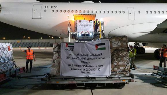 Un avión de carga operado por Etihad Airways descarga ayuda relacionada con la enfermedad por coronavirus (COVID-19) para palestinos, en el aeropuerto Ben Gurion en Lod, cerca de Tel Aviv, Israel. (Foto: Reuters/Oficina de la Autoridad de Aeropuertos de Israel)