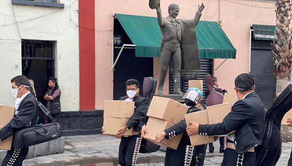 Más de 200 mariachis afectados por la crisis reciben ayuda y ellos agradecen con emotivas canciones. (AGREGA/EFE)