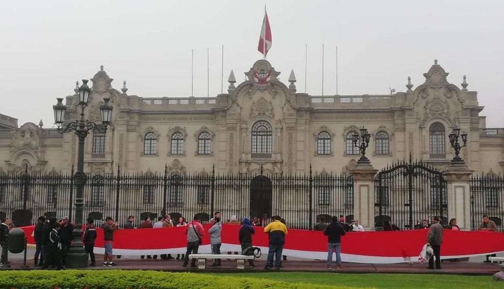 Varios ciudadanos llegaron hasta la Plaza de Armas para expresar su apoyo a Vizcarra. (Foto: Rolly Reyna / GEC)