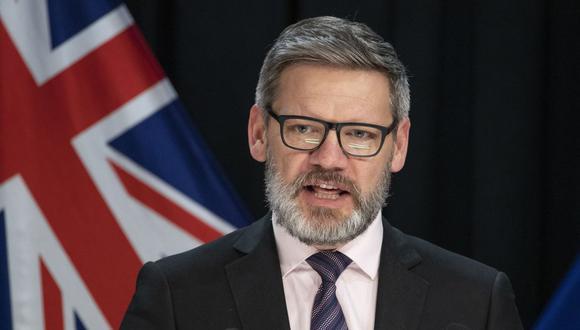 Iain Lees-Galloway se dirige a una conferencia de prensa en el Parlamento en Wellington, Nueva Zelanda. (Mark Mitchell/New Zealand Herald via AP)