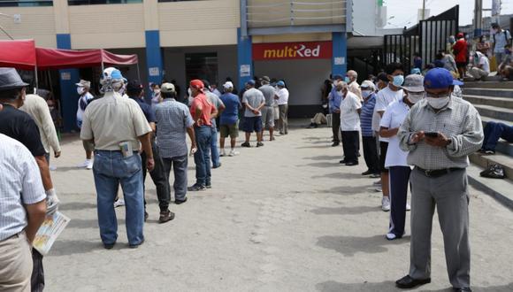 Largas colas se forman a las afueras del Banco de la Nación para cobrar el bono de S/ 380. (Foto: GEC)