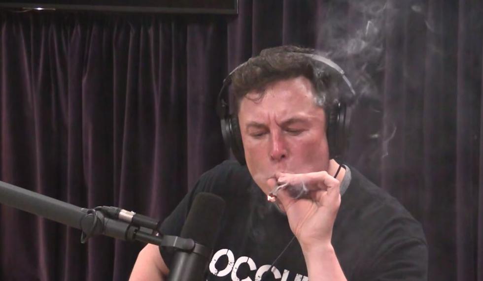 NASA abre investigación a SpaceX y Boeing por el 'porro' de marihuana que fumó Elon Musk. (YouTube)