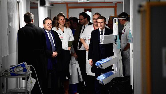 Emmanuel Macron visitó el hospital Pitie-Salpetriere en París, donde la primera víctima francesa de Covid-19 falleció. (Foto: AFP)