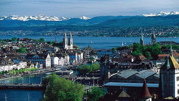 Zúrich es la principal ciudad de Suiza, con una población de 376.815 habitantes. (Internet)