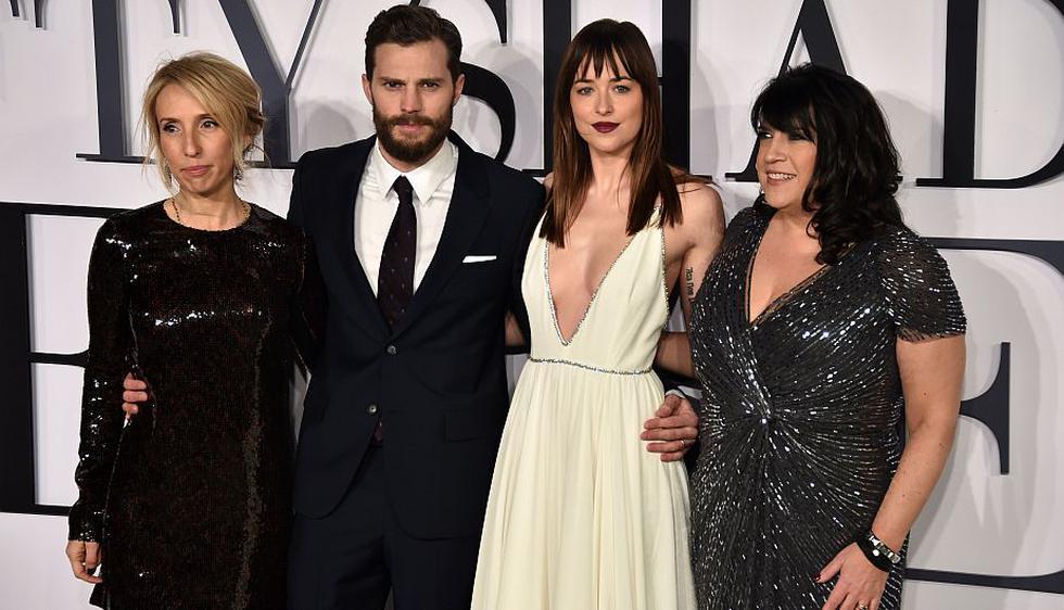 La directora Sam Taylor-Johnson, los actores Jamie Dornan y Dakota Johnson junto a la autora E. L. James en el estreno de las '5