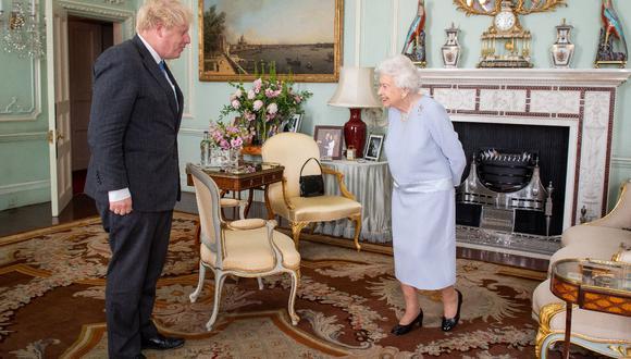 La reina Isabel II del Reino Unido y el primer ministro británico, Boris Johnson. (Foto: AFP)