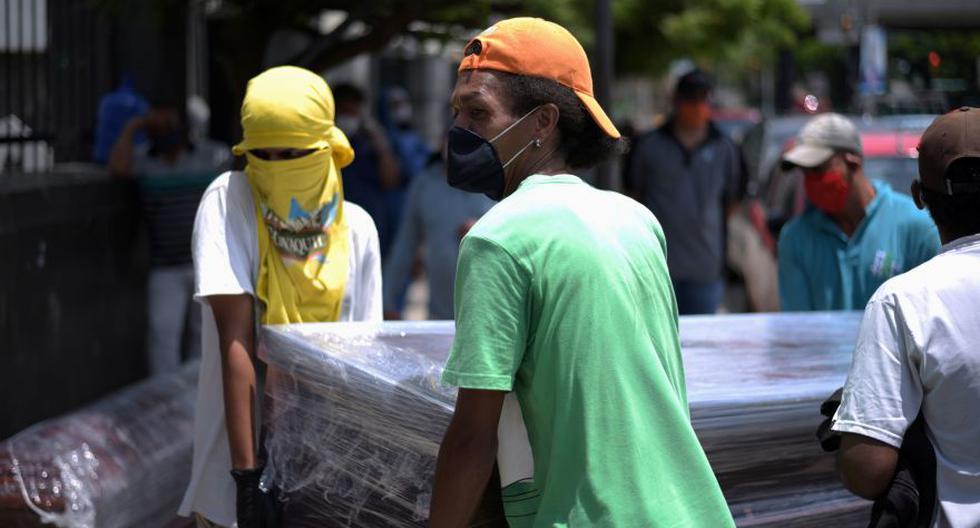 Imagen referencial. Personas llevan un ataúd a un cementerio en medio del brote del coronavirus (COVID-19) en Guayaquil, Ecuador, el 12 de abril de 2020. (REUTERS/Vicente Gaibor del Pino).