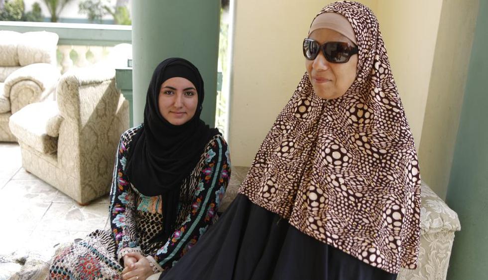 Mujeres musulmanes posan con su velo. (Luis Gonzales)