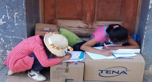 Cajamarca: Dos hermanitas que acompañan a su madre a trabajar son captadas haciendo sus tareas escolares en la calle; mientras su progenitora vende productos como ambulante.
