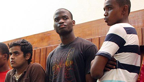 Medios británicos publicaron hoy foto de Adebolajo (medio) entre detenidos en Kenia. (AFP)