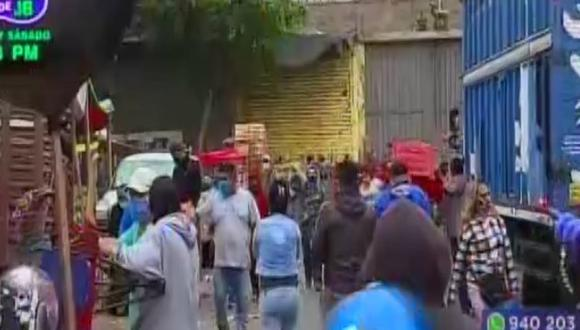 Ambulantes se instalan en alrededores de los mercados de frutas. (Foto: Captura/Latina)