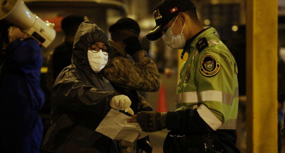 Personal de la Policía y de las Fuerzas Armadas supervisó el reingreso de vendedores. (Foto: Andrés Paredes/GEC)