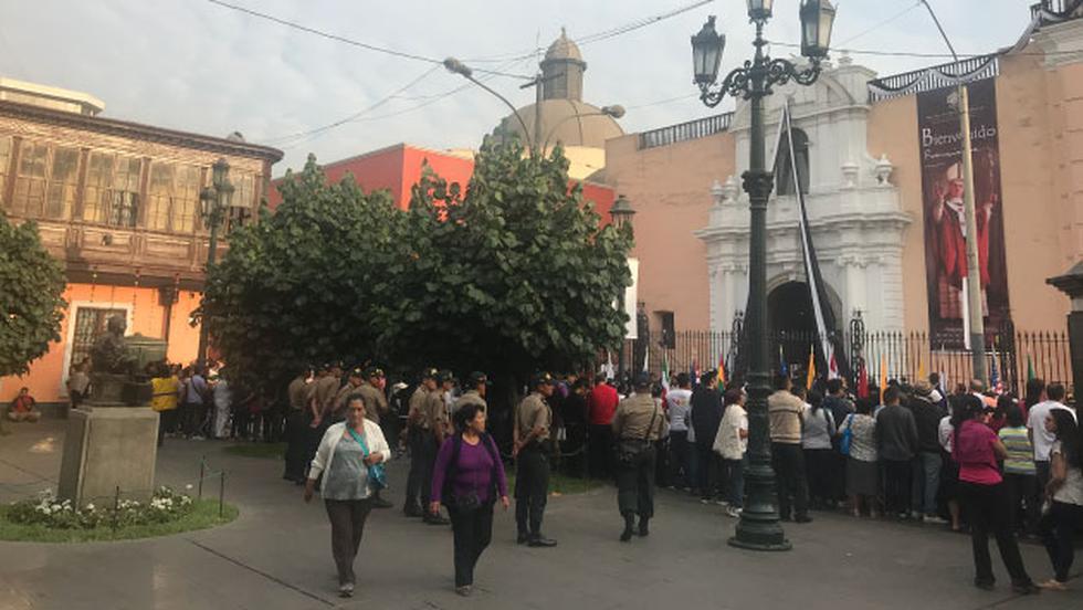 Los fieles catòlicos esperan poder ver al Sumo Pontìfice en uno de los eventos que realizarà en el Centro de Lima. (Perù21)