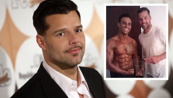 Ricky Martin y su hermano Eric muestran orgullosos el galardón. (People en Español)