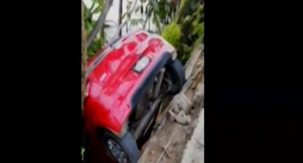 Los ocupantes del vehículo lograron salir ilesos. (Captura)