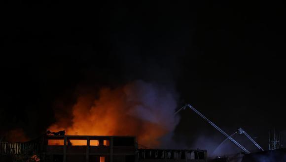 Fuego en fábrica textil fue confinado, pero bomberos siguen trabajando.  (Foto: Eduardo Cavero/@photo.gec)