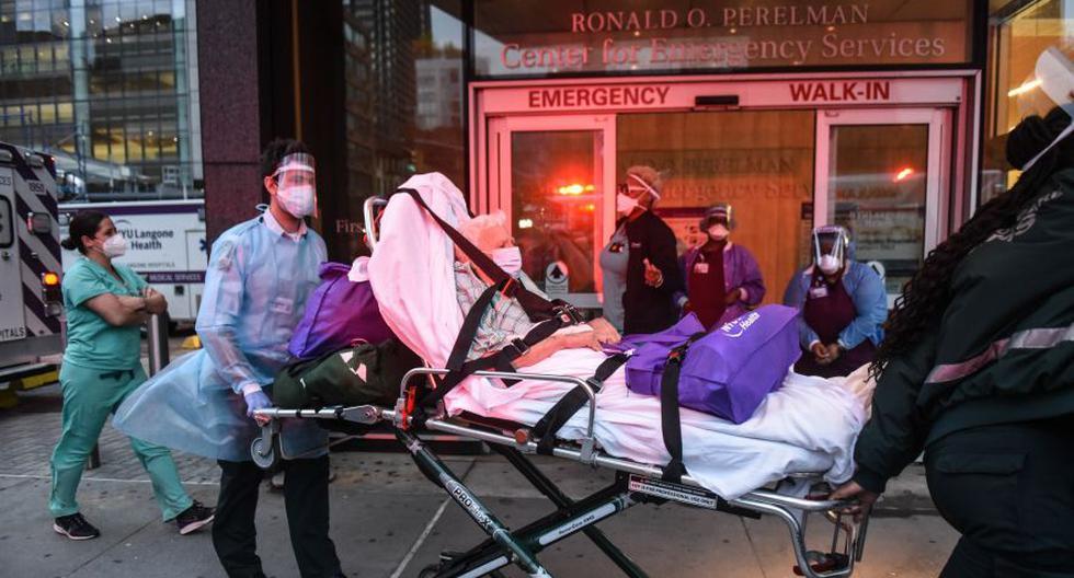 Imagen referencial. Un hombre mayor es visto en camilla el 30 de abril de 2020 en el Hospital NYU Langone en la ciudad de Nueva York. (Stephanie Keith/Getty Images/AFP).
