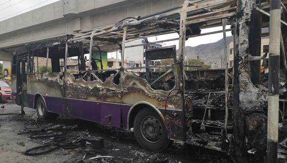 Bus del Corredor Morado se incendia en plena vía pública en San Juan de Lurigancho