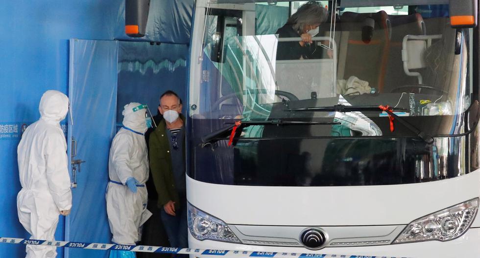 Los miembros del equipo de la Organización Mundial de la Salud (OMS)  abordan un autobús antes de salir del Aeropuerto Internacional Wuhan Tianhe en Wuhan, provincia de Hubei, China, el 14 de enero de 2021. (Reuters).