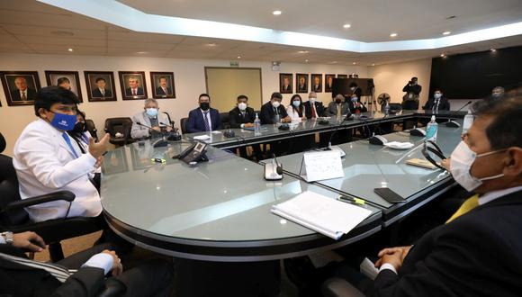 El presidente ejecutivo de EsSalud, Mario Carhuapoma Yance, se reunió con los decanos de los colegios profesionales del Perú a fin de establecer una agenda para trabajar temas prioritarios. (Foto: EsSalud)