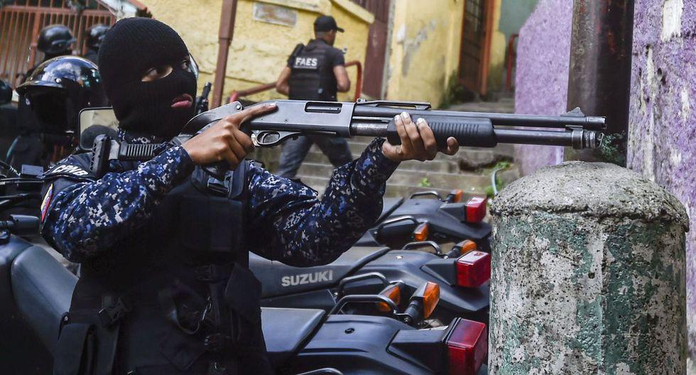 Un miembro de la Fuerza de Acción Especial de la Policía Nacional de Venezuela (FAES) toma posición durante una operación contra grupos criminales en el barrio de Petare en Caracas. (Archivo / AFP).
