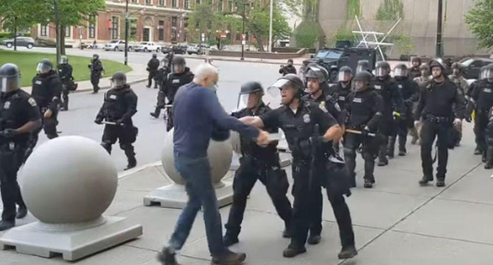 """Imagen de policías empujando a hombre de 75 años en Buffalo (Nueva York). El gobernador Andrew Cuomo calificó lo ocurrido de """"injustificado"""" y """"completamente vergonzoso"""". (Captura de video/YouTube/WBFO)."""