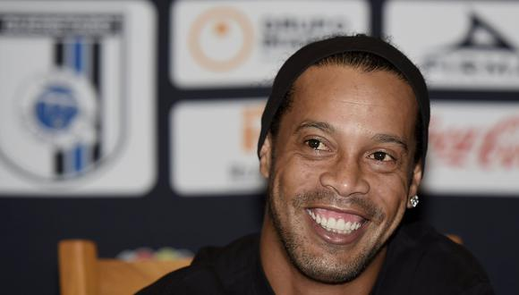 Ronaldinho arribó a Lima para el amistoso entre Sport Boys y Cantolao. (AFP)