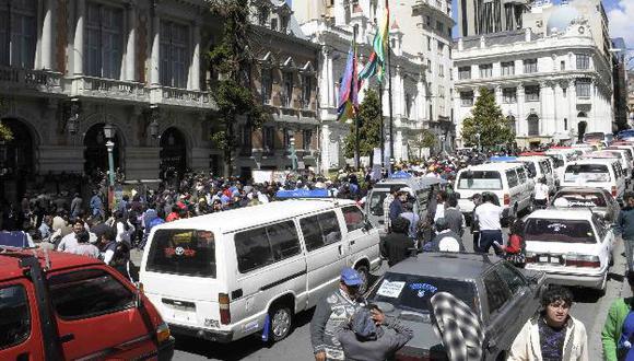 Taxis y autobuses bloquearon avenidas de la ciudad. (ABI)
