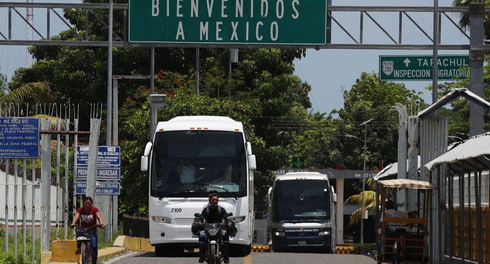 """""""Preferimos pasar legalmente"""", dice José Mario sobre el puente que atraviesa el río Suchiate, frontera natural entre México y Guatemala. (Foto: AP)"""