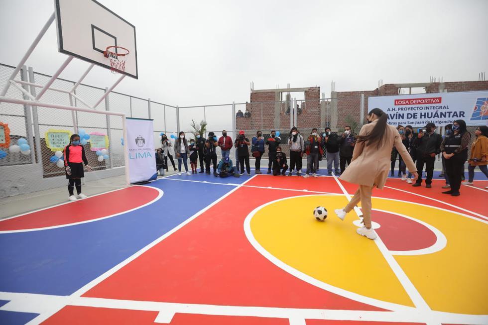 La Miss Perú Janick Maceta se animó a patear un penal en la nueva loza deportiva. (Britanie Arroyo/GEC)