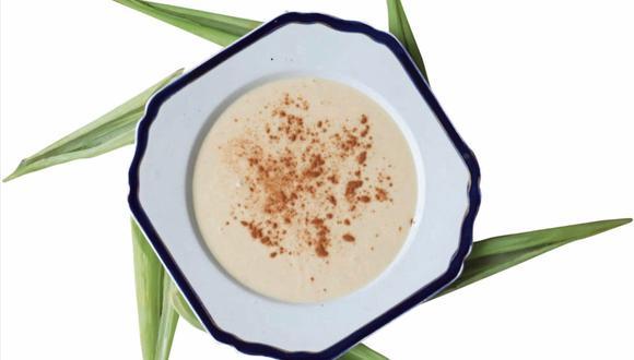 Existen recetas que perfuman esta preparación con vainilla, anís estrella, nuez moscada, lecha de coco, hojas de naranja, etc.