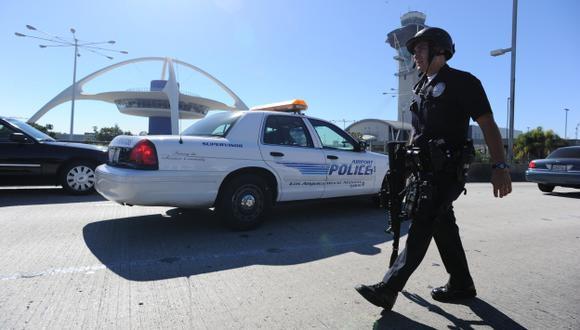 CIUDAD PELIGRO. Terminal aéreo estadounidense fue evacuado tras el caos generado por la balacera.  (AFP)
