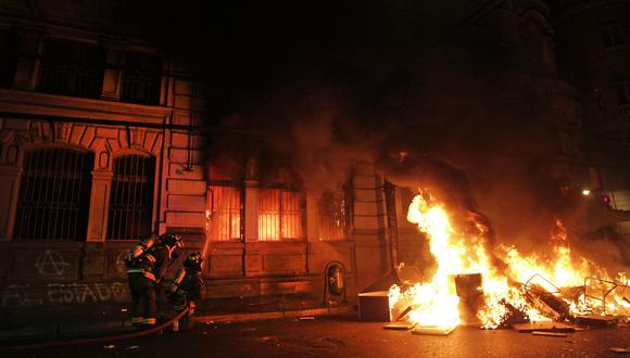 """Manifestantes queman """"El Mercurio de Valparaíso"""", el diario más antiguo de Chile. (AFP)."""