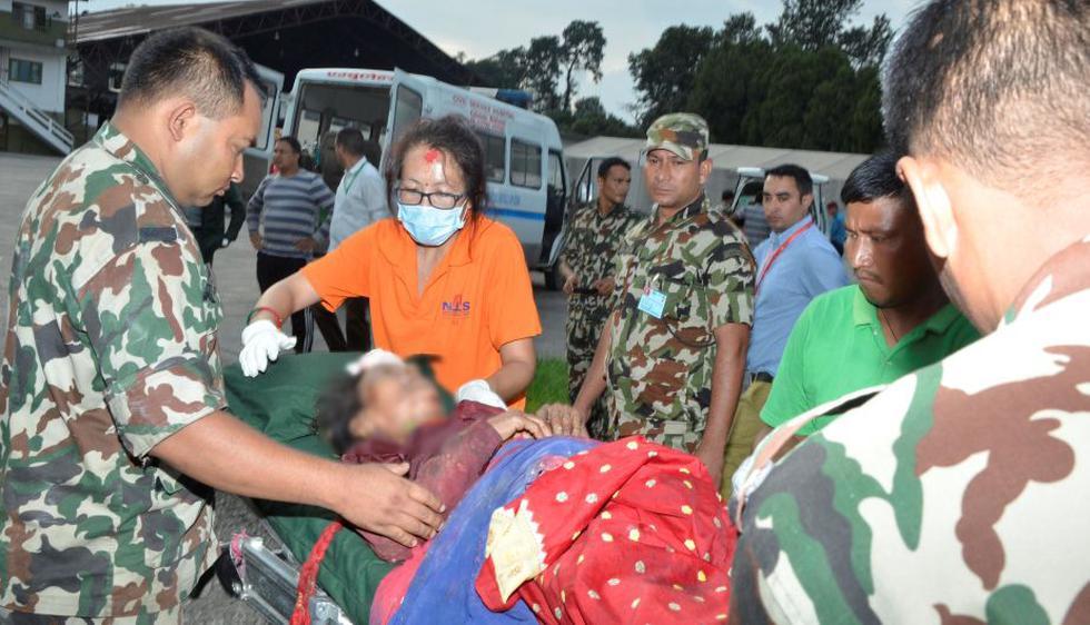 Personal de Fuerzas Armadas asiste a víctimas de accidente en Nepal. (Reuters)