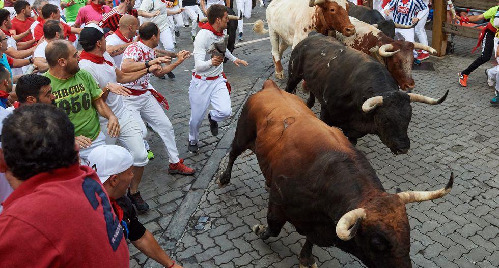 Los toros de la ganadería de La Palmosilla, de Tarifa (Cádiz), a su paso por la curva de la calle de Mercaderes. (Foto: EFE)