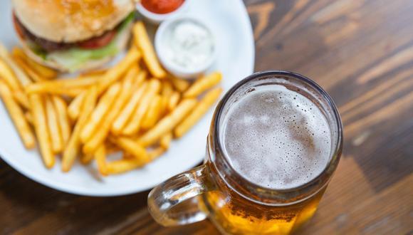 La cerveza no solo es una refrescante bebida sino que puede usarse en la gastronomía, por ejemplo, en una vinagreta para tu ensalada. (Foto: Engin Akyurt / Pexels)