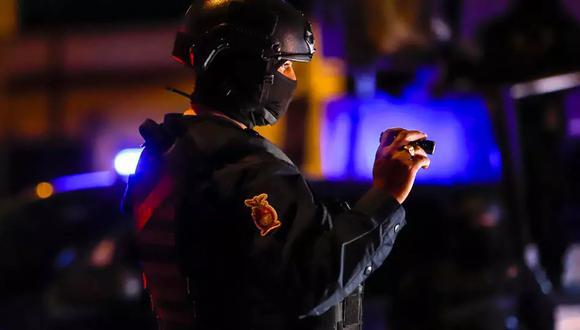 Una agente policial participa en un operativo junto a miembros de la patrulla militar. (Foto referencial: AFP/Archivos)