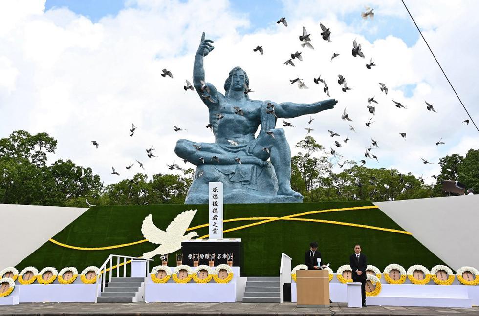 Palomas vuelan durante una ceremonia que marca el 75 aniversario del bombardeo atómico de Nagasaki, en el Parque de la Paz de Nagasaki. (JAPAN POOL VIA JIJI PRESS / JIJI PRESS / AFP)