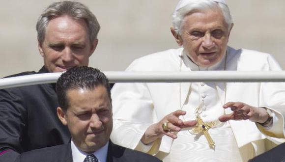 Gabriele (abajo) cuando acompañaba al Papa en la Plaza de San Pedro. (AP)