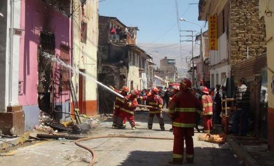 Bomberos lucharon varias horas contra el incendio. (Andina)