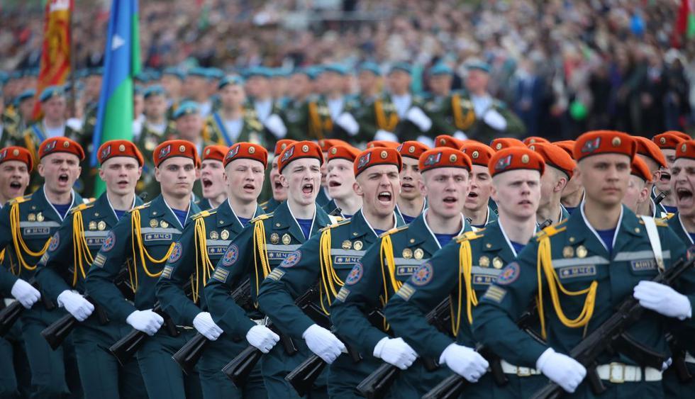 Las tropas del ejército de Bielorrusia marchan durante un desfile militar en el Día de la Victoria en Minsk. (EFE/EPA/TATYANA ZENKOVICH).