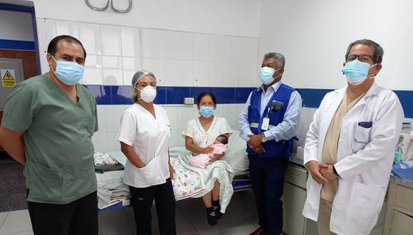 Juliana Flores, contadora de profesión, expresó que su felicidad ya es completa ya que este último martes regresó a su vivienda en el distrito de Nuevo Chimbote al lado de su bebé. (Foto: EsSalud)