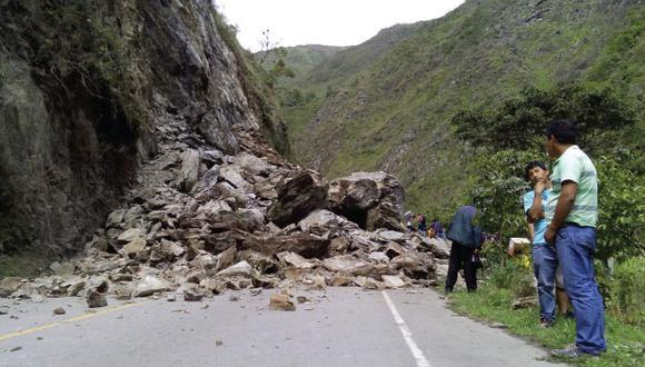 Intensas lluvias generaron desprendimiento de piedras en la carretera. (Andina)