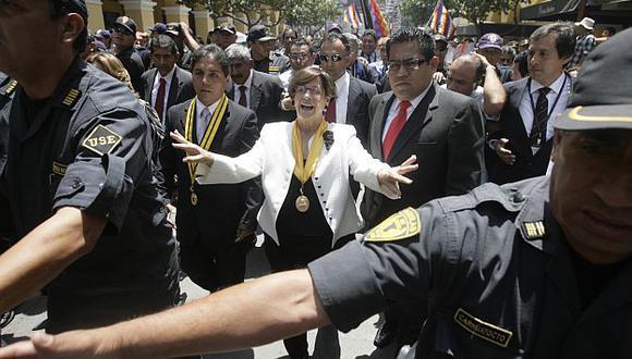 Agobiada por las críticas, la alcaldesa de Lima reconoció lentitud en la ejecución de obras. (Alberto Orbegoso)