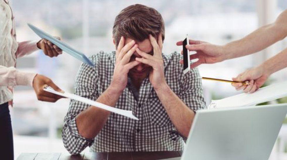 El estrés laboral interrumpe su sueño y lleva al agotamiento. (Foto: Freepik)