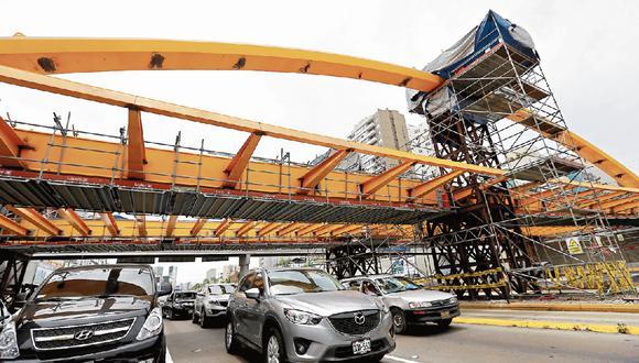 Retraso en construcción de puentes genera caos.