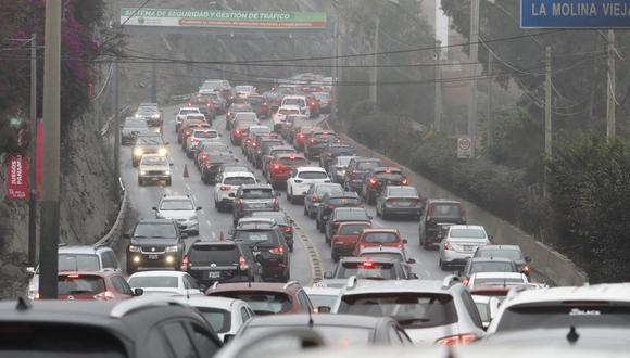Vía colapsada. Atravesar el cerro Centinela en hora punta es una pesadilla para los conductores.